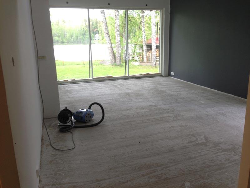 Olohuoneen lattia siistiksi ennen laatoitusta.
