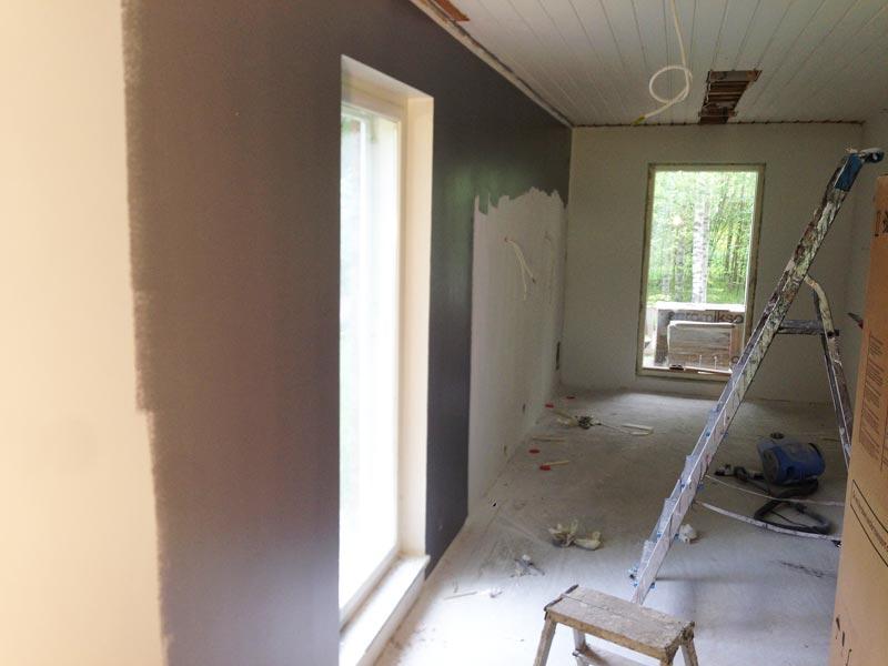 Olohuoneen ja keittiön seinän maalausta.