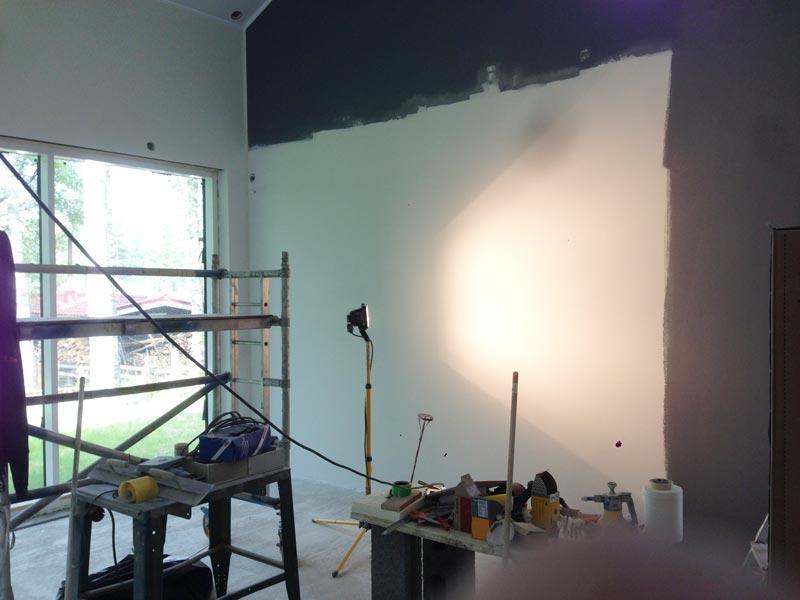 Olohuoneen seinän maalausta.