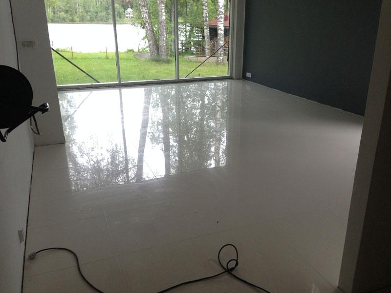 Valmista Aitokiven Super White -laattalattiaa juuri saumattuna.